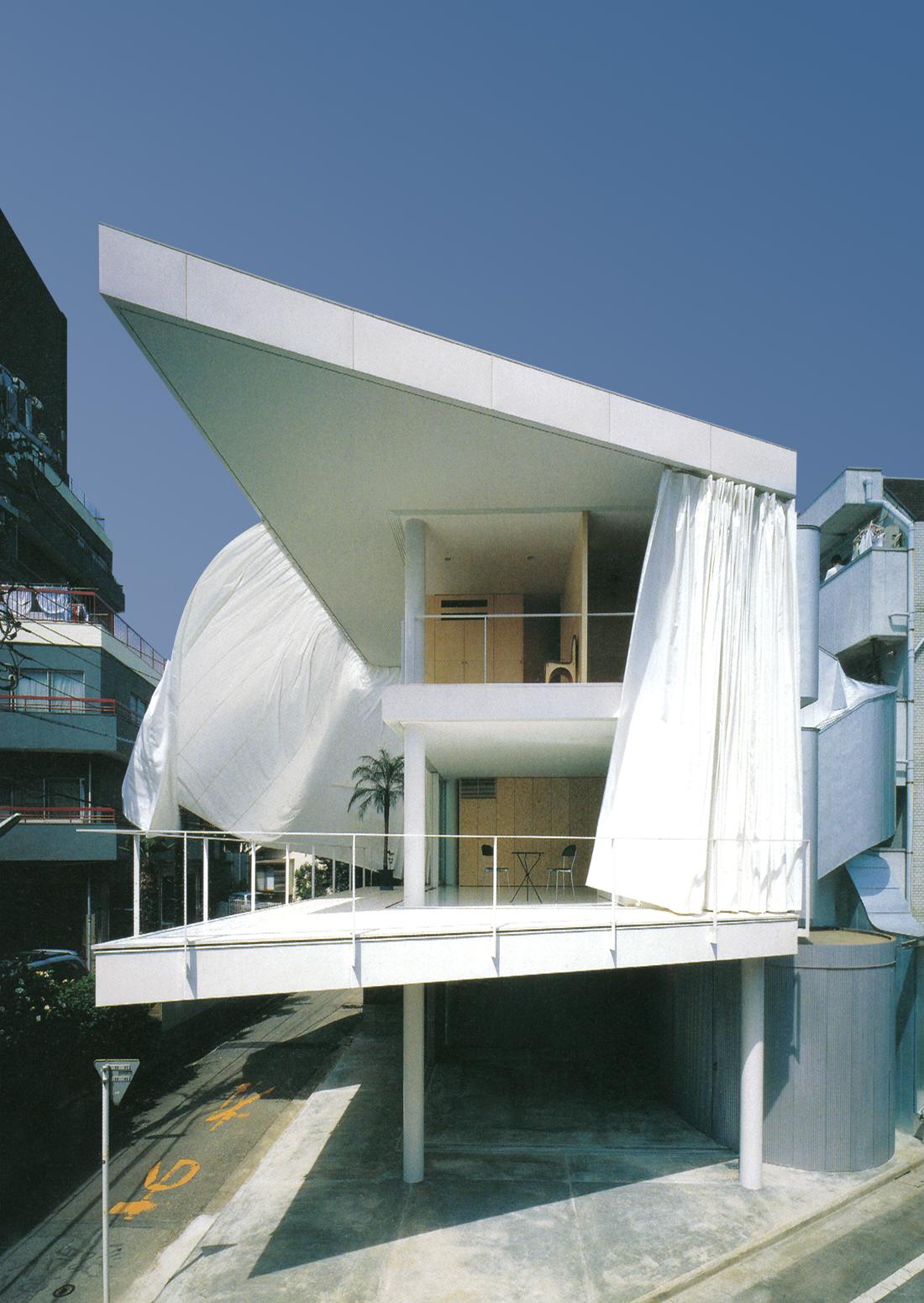 گروه معماری شیگِرو بان، خانهای با دیوارهای پارچهای؛ توکیو، ژاپن، 1995.