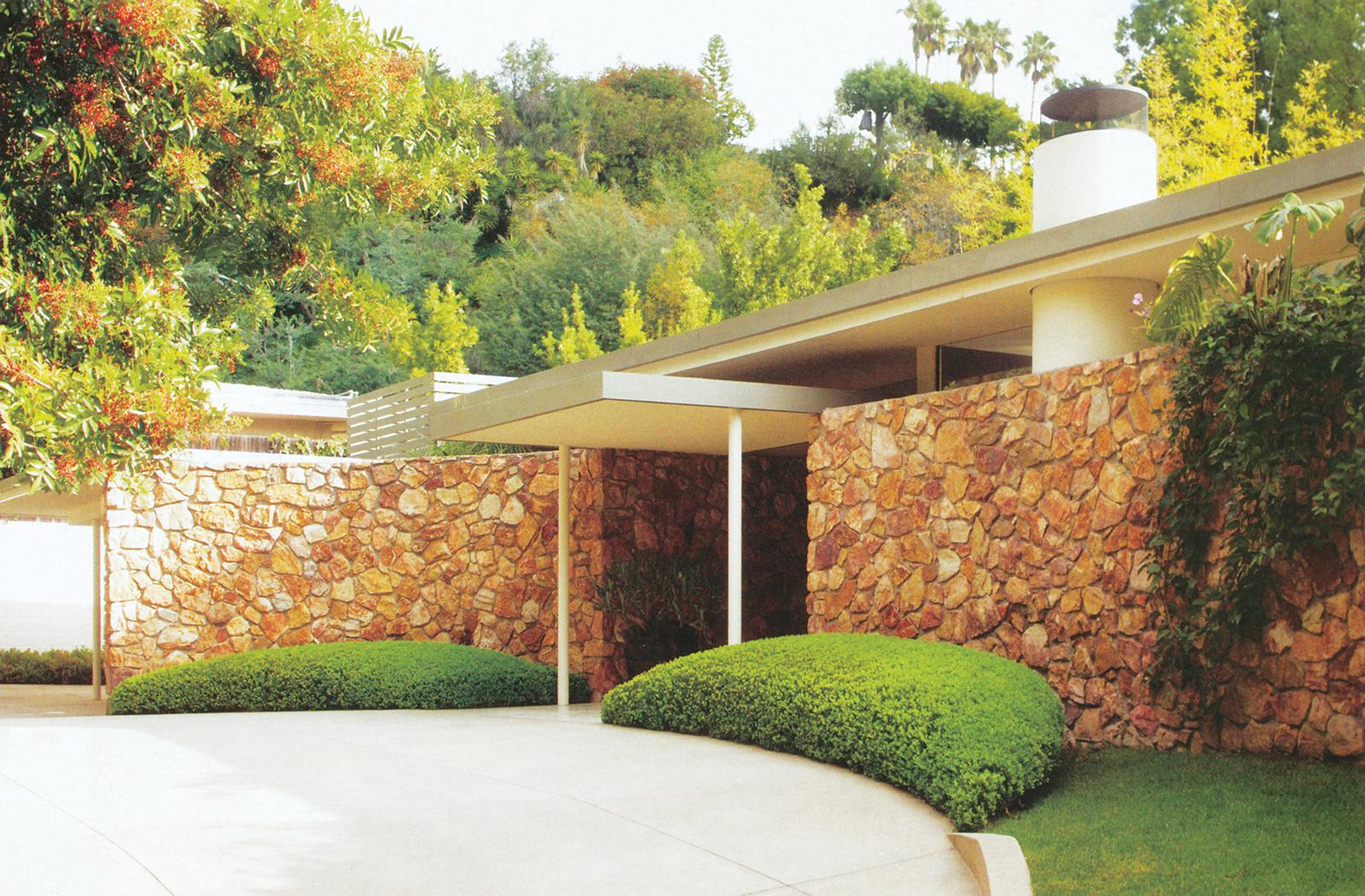 کرَنزلِر مسیر ماشینروی و نمای جلوی ساختمان، که طرحی مطابق دههی پنجاه و زمان ساخته شدن این بنا داشتند را تغییر نداد. اما طراحی منظر این قسمت از خانهی خود را به شرکت آرت لونا گاردن محوّل کرد.