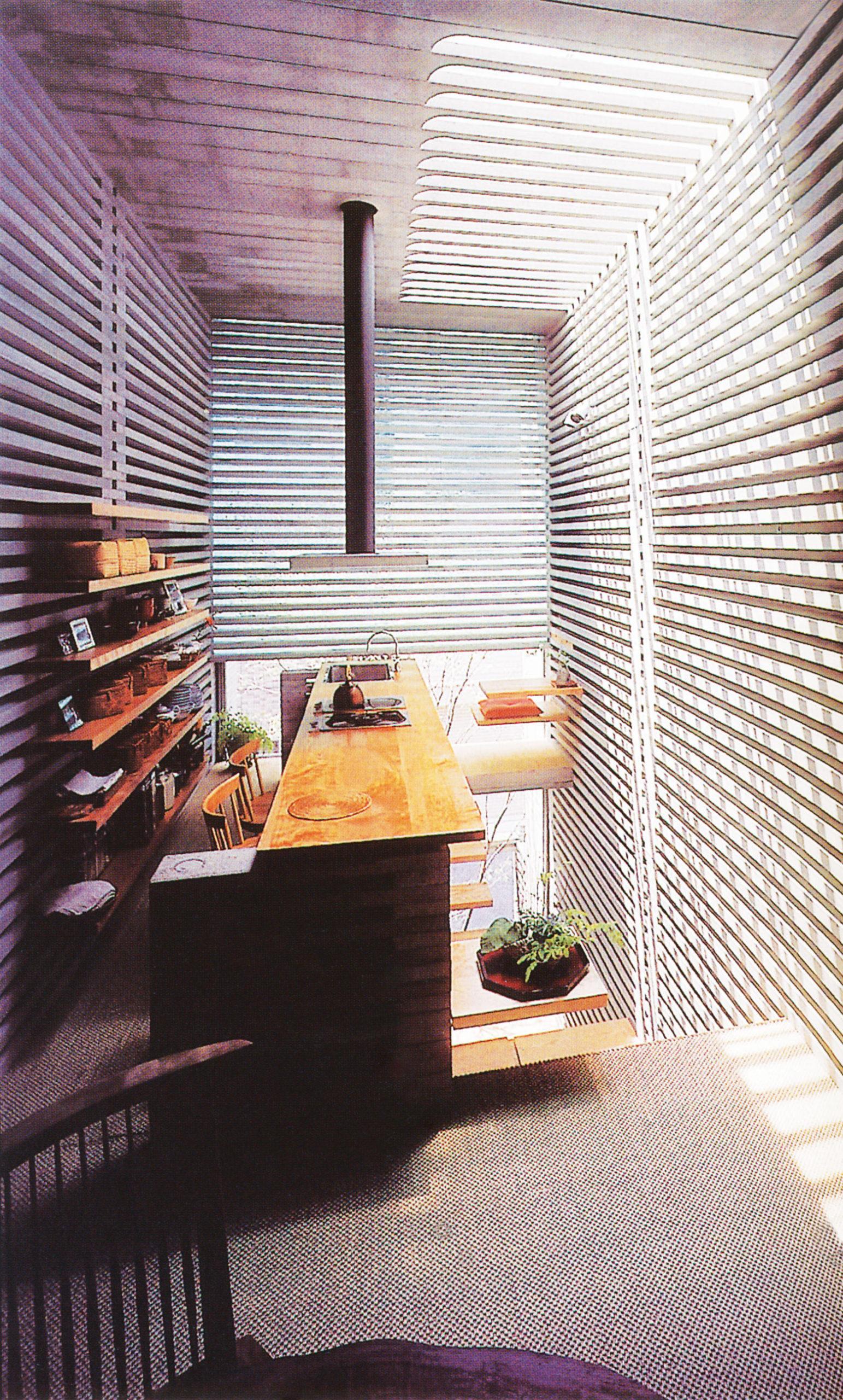 نور از میان طرح مشبکِ مصالح بتونی و اِلمانهای چوبی سازه عبور میکند تا به شکل نامتعارف و بدیع، خانهی ژاپنی امروزی را تبدیل به فضایی گرم و روشن کند.