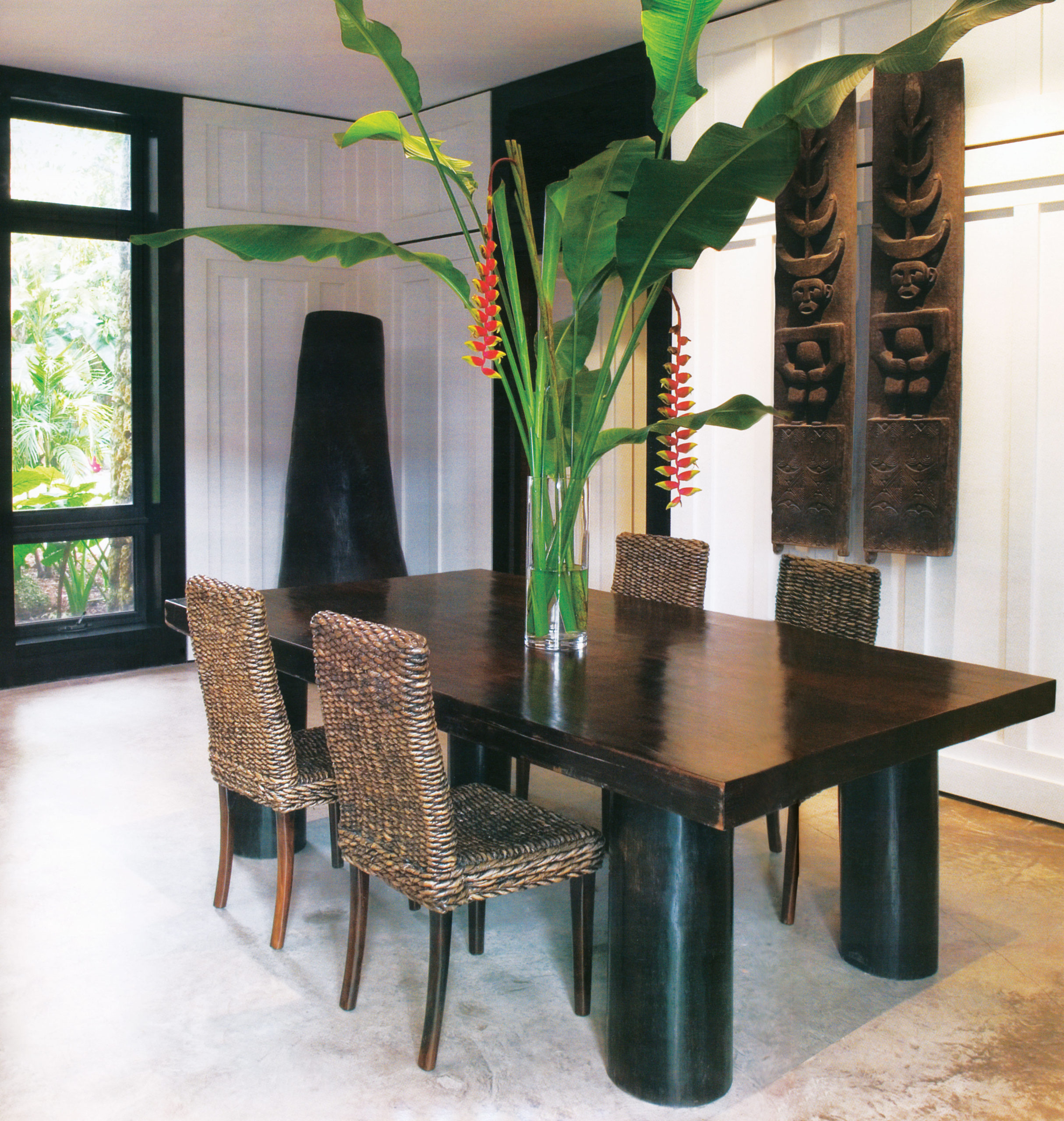 از جمله ایدههایی که معمار منحصراً در این خانه اجرا کرد، جانمایی گلدانی بزرگ از چوب یکتکه در گوشهای از فضای غذاخوری و همچنین قرار دادن یک گلدان بسیار بزرگ در روی میز غذاخوری بود. پنلهای در، از جنس چوبیست که از تیمور شرقی آورده شده است و در قلب فرهنگ و زندگی مردمِ ناحیهی بالی بهوفور دیده میشود.